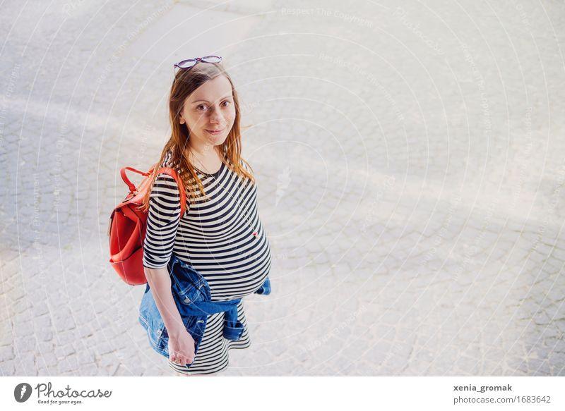 Babybauch Jugendliche Junge Frau Freude Erwachsene Leben Lifestyle Glück Zufriedenheit Freizeit & Hobby Lächeln Lebensfreude Romantik Streifen Mutter Wohlgefühl
