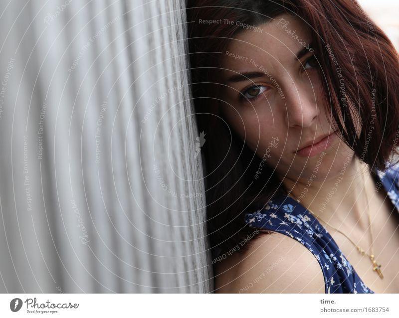 . Mensch schön ruhig Traurigkeit feminin Denken warten beobachten Brücke Schutz Kleid Gelassenheit Wachsamkeit langhaarig Schmuck brünett