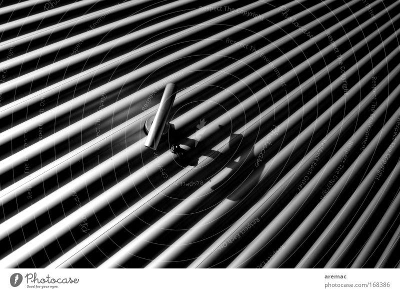 Sesam öffne dich grau Gebäude Linie Metall Tür Stahl Schloss silber diagonal Beschläge abstrakt Garagentor