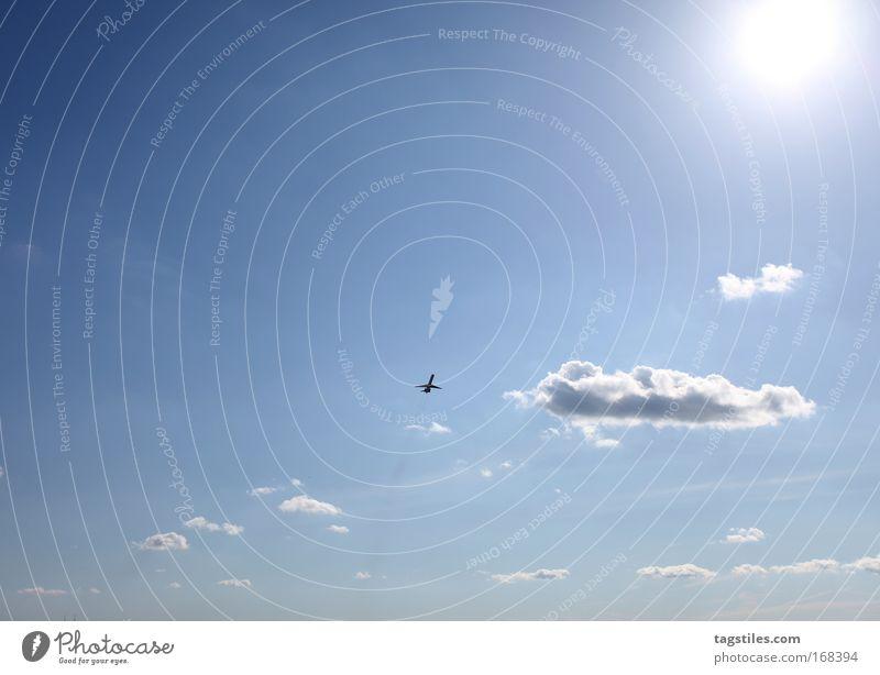 VERSCHOLLEN verloren Flugzeug Sommer Sonne Flugzeugstart Himmel Wolken Ferien & Urlaub & Reisen Erholung fliegen Luftverkehr Wege & Pfade gegen Reisefotografie