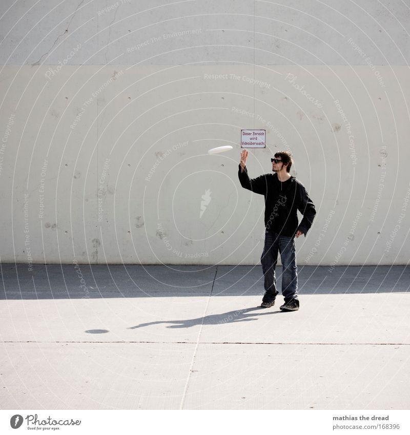 CATCH ME IF YOU CAN Mensch Jugendliche Stadt Erwachsene dunkel Spielen Freizeit & Hobby fliegen laufen Schilder & Markierungen Beton maskulin 18-30 Jahre
