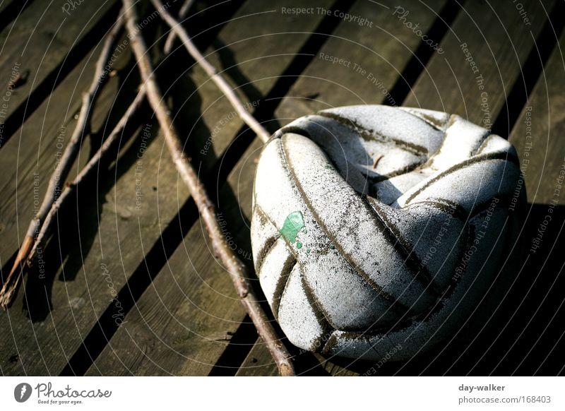Ausgemustert alt weiß grün Spielen Holz braun Freizeit & Hobby leer Ball Fleck Leder Ballsport