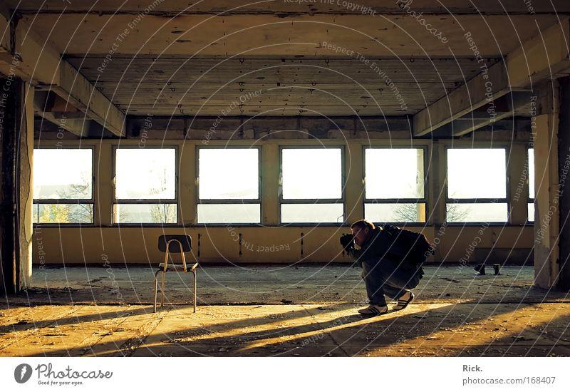 .The Magic Chair Mensch Mann Erwachsene gelb Architektur Gebäude gold Freizeit & Hobby Innenarchitektur maskulin leuchten Industrie Baustelle Stuhl beobachten