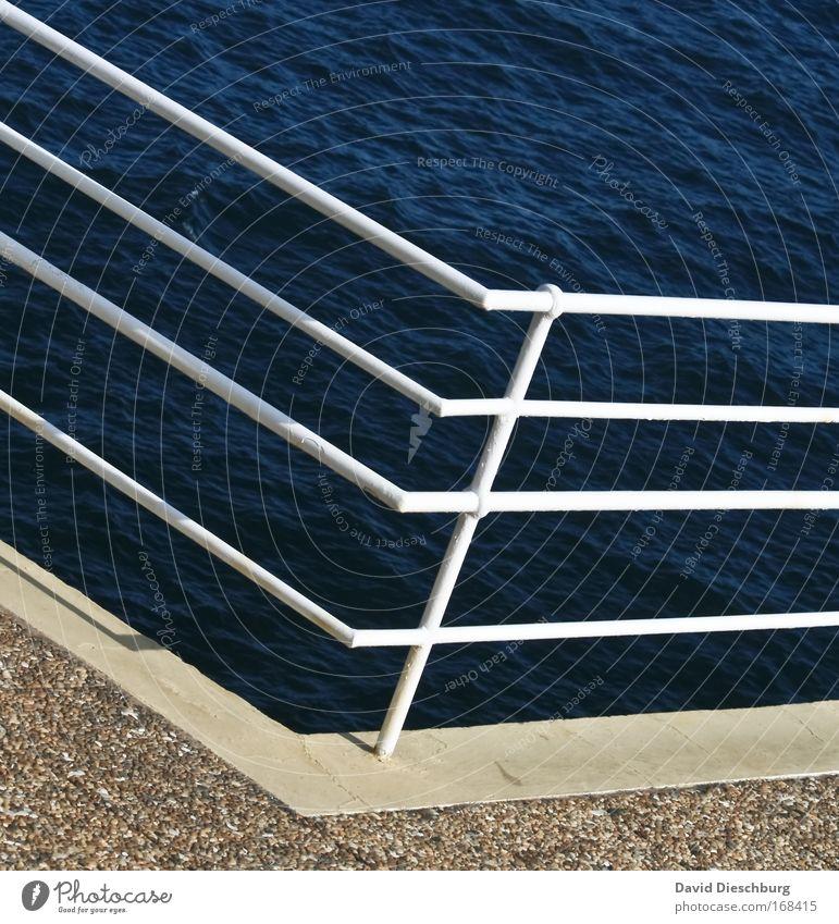 Um die Ecke Farbfoto Außenaufnahme Tag Kontrast Natur Wasser Sommer Küste Meer blau weiß Geländer Linie Strukturen & Formen Metall Pfosten Bildausschnitt