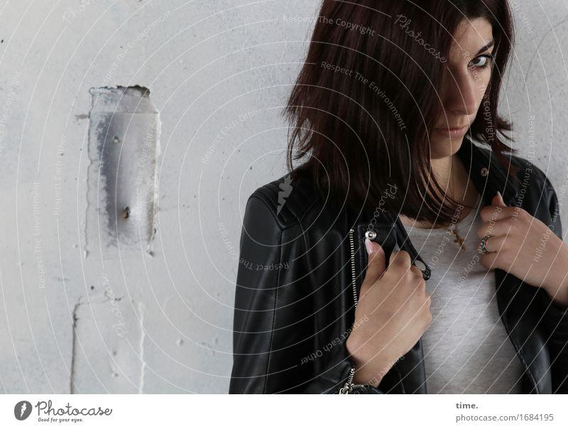 Berna feminin 1 Mensch Mauer Wand T-Shirt Jacke brünett langhaarig beobachten Blick selbstbewußt Coolness Kraft Macht Mut Sicherheit Schutz Wachsamkeit