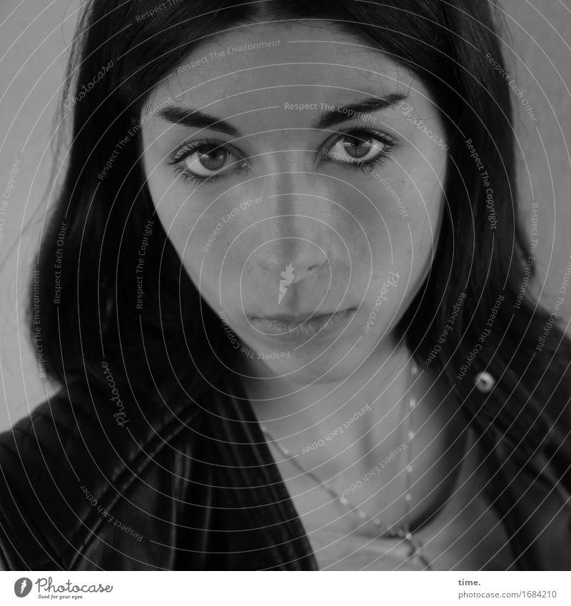 Berna feminin 1 Mensch Jacke Schmuck Halskette schwarzhaarig langhaarig beobachten Denken Blick warten dunkel schön Vertrauen Wachsamkeit Gelassenheit geduldig