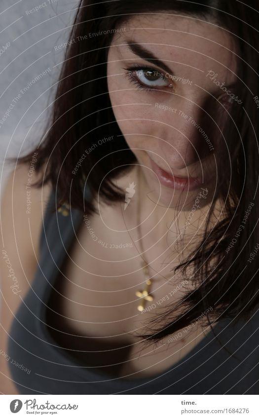 Berna feminin 1 Mensch T-Shirt Schmuck Halskette schwarzhaarig langhaarig beobachten Lächeln Blick warten schön Gefühle selbstbewußt Coolness Kraft