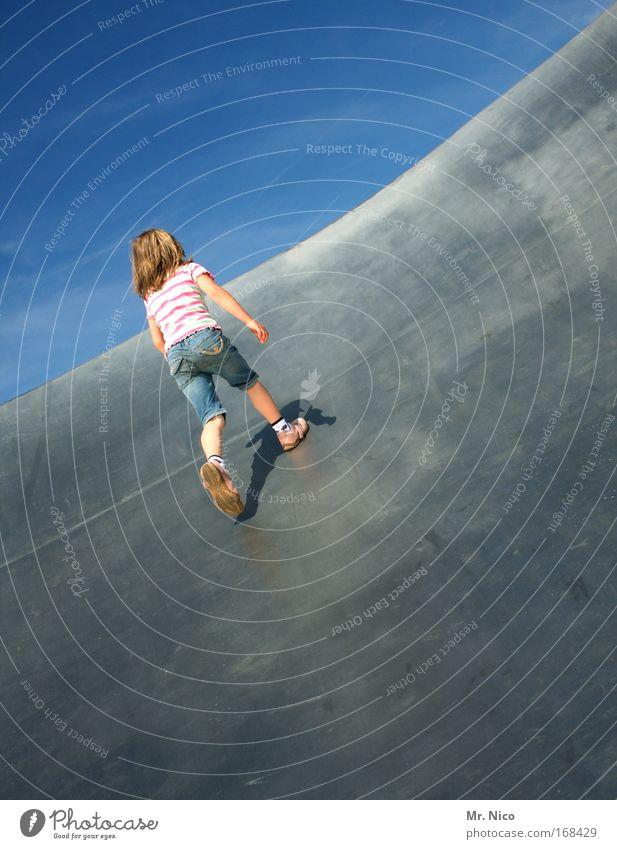 anlauf Mädchen Freude Spielen oben Freiheit Bewegung Wege & Pfade Metall Rücken Freizeit & Hobby laufen rennen Fröhlichkeit Hinterteil Fitness sportlich