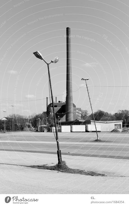 schornstein Himmel Wege & Pfade Gebäude trist Platz Schönes Wetter Industrie Neigung Laterne Fabrik Verkehrswege Schornstein Parkplatz stagnierend Industrieanlage Laternenpfahl