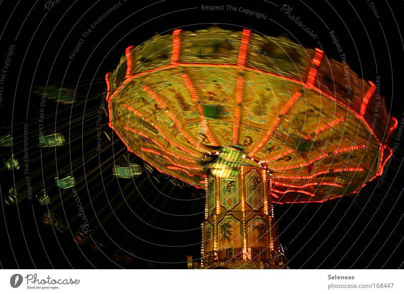 Zeitmaschine Farbfoto Außenaufnahme Nacht Kunstlicht Licht Langzeitbelichtung Unschärfe Bewegungsunschärfe Freizeit & Hobby Kinderspiel Jahrmarkt Karussell