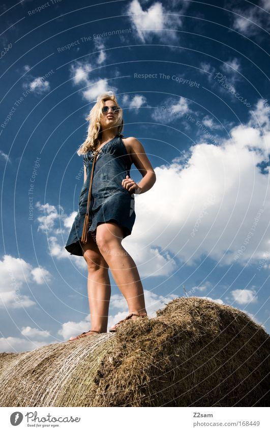 lena in heaven Himmel blau schön Sommer Wolken feminin Landschaft Stil Mode Feld blond elegant frisch ästhetisch stehen Coolness