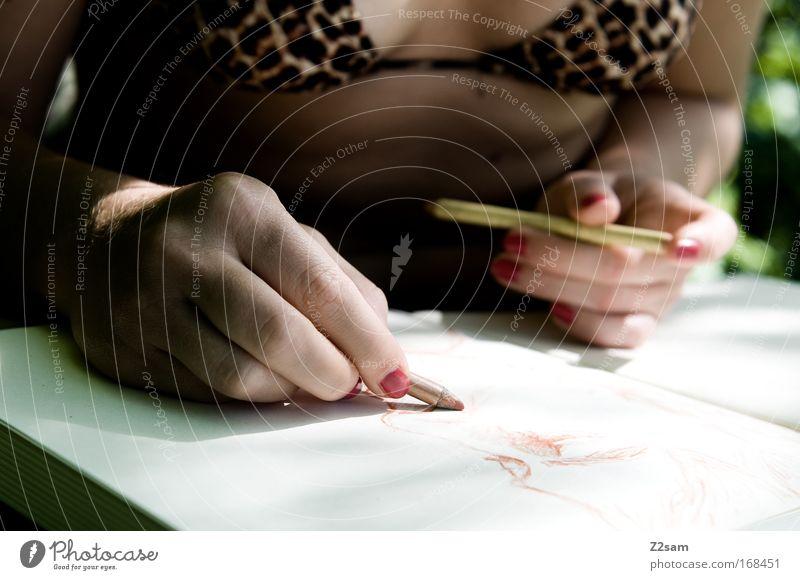 strich für strich Farbfoto Außenaufnahme Oberkörper Mensch feminin Frau Erwachsene Hand Finger 18-30 Jahre Jugendliche Kunst Künstler Maler Natur Sträucher