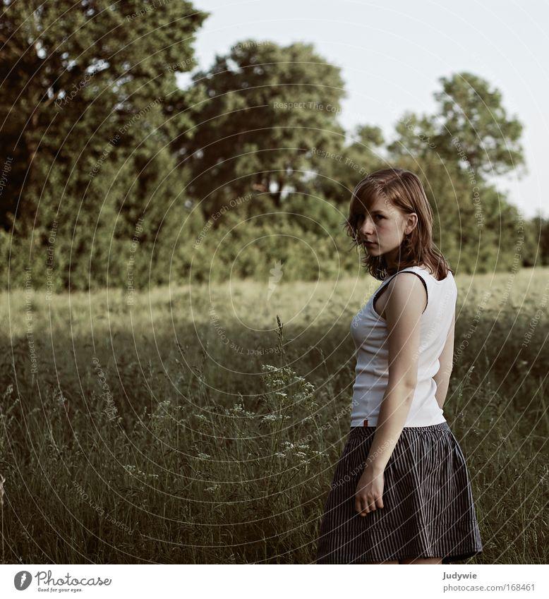 Blick zurück Mensch Natur Jugendliche schön Sommer Wiese feminin Gefühle Gras Frühling Traurigkeit träumen Stimmung Feld warten natürlich