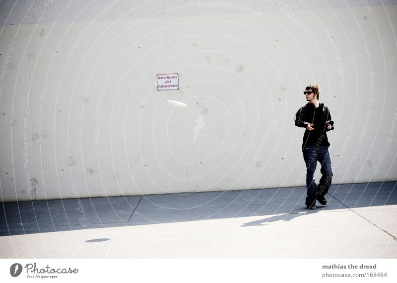 SCHEIBENDREHER Mensch Jugendliche Stadt Erwachsene dunkel kalt Spielen fliegen Freizeit & Hobby laufen Schilder & Markierungen maskulin Beton 18-30 Jahre einzigartig Junger Mann