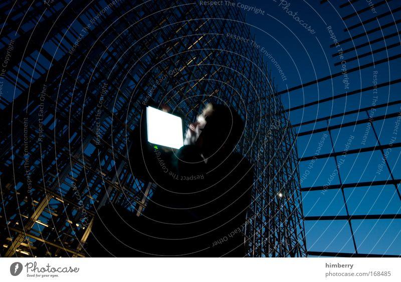 günther inter netzer Farbfoto mehrfarbig Außenaufnahme Experiment Textfreiraum rechts Textfreiraum unten Abend Dämmerung Nacht Kunstlicht Licht Schatten