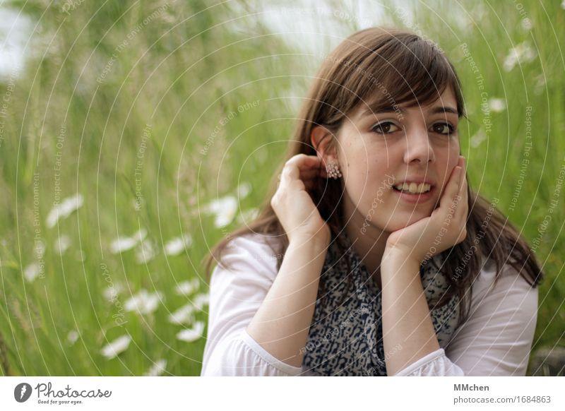 SummerTime Natur Jugendliche schön grün Junge Frau weiß Blume ruhig 18-30 Jahre Erwachsene Gras feminin Glück träumen Zufriedenheit sitzen