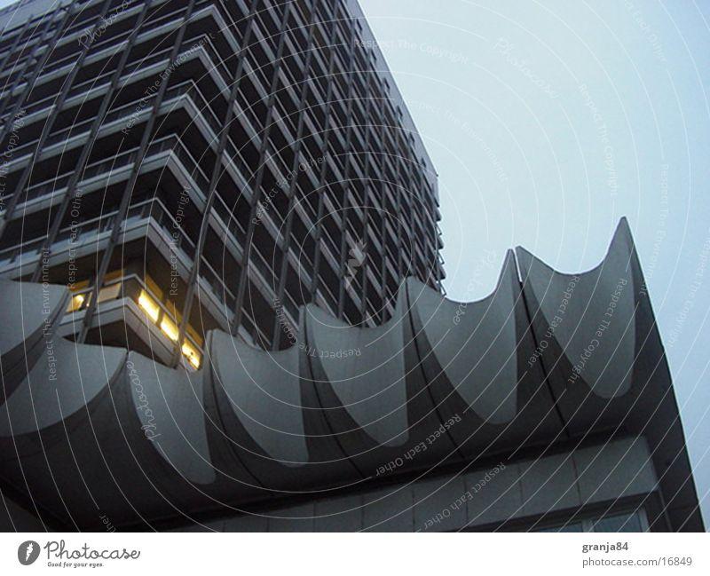 haus des reisens Hochhaus Wellen Dämmerung Licht Architektur