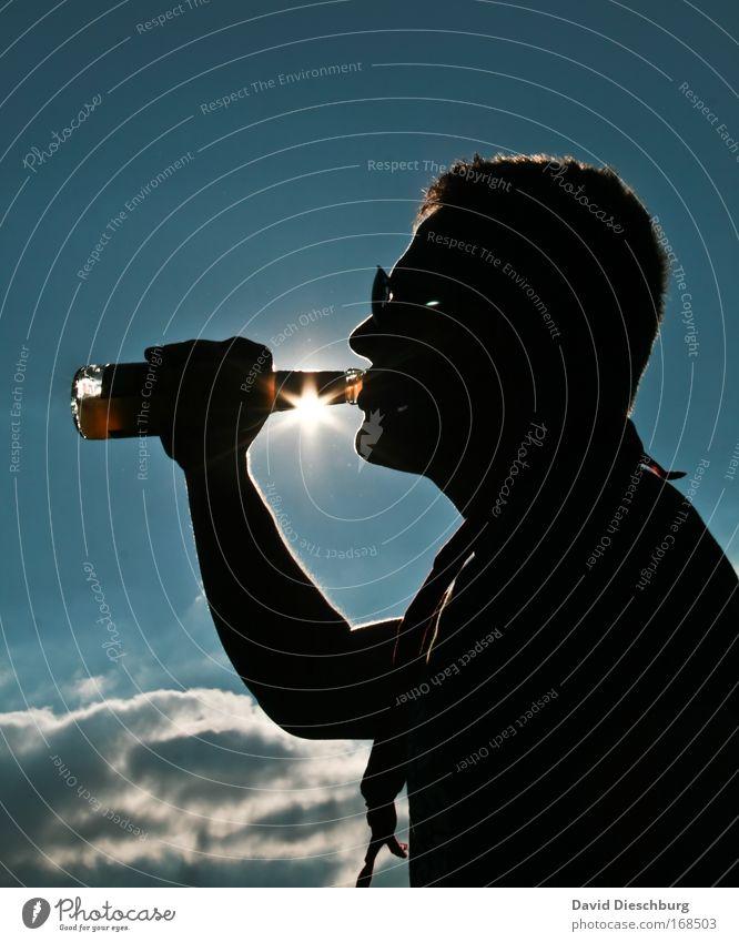 Mittagsschoppen Mensch Jugendliche blau schwarz Erwachsene Kopf Junger Mann Arme Getränk Schönes Wetter trinken genießen Bier Erfrischung Flasche Alkohol