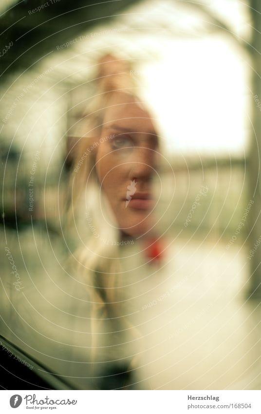 schizophren Mensch Jugendliche feminin Gesundheit Junge Frau blond Angst Frau Warmherzigkeit Coolness einzigartig Glaube Sehnsucht Zukunftsangst Reflexion & Spiegelung Verzweiflung