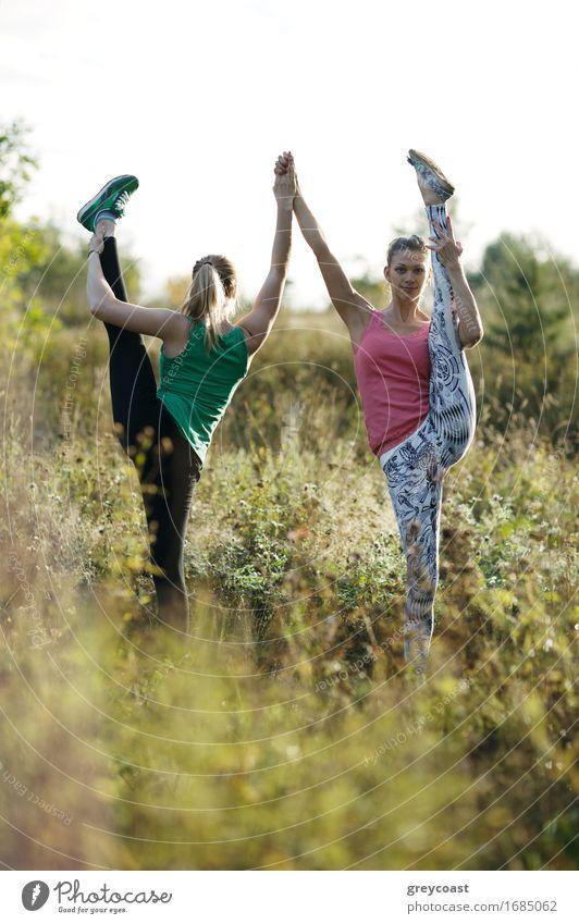 Zwei geschmeidige athletische Frauen, die zusammen ausarbeiten Mensch Jugendliche schön Junge Frau 18-30 Jahre Erwachsene Sport Lifestyle Menschengruppe