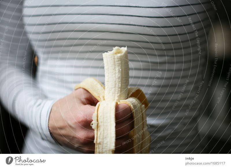 Banane Frucht Ernährung Essen Vegetarische Ernährung Frau Erwachsene Leben Hand 1 Mensch festhalten einfach Gesundheit dünn Energie häuten gestreift Snack