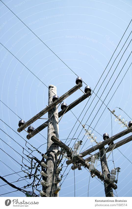 enger Wettbewerb alt blau Sommer grau Holz hell Linie Energiewirtschaft hoch Elektrizität Perspektive Zukunft Netzwerk Vertrauen Stahl Strommast