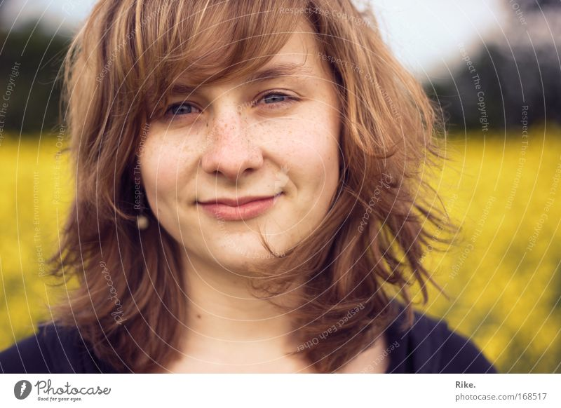 Im Frühling. Mensch Frau Natur Jugendliche schön Sommer Gesicht Erwachsene Gefühle lachen Glück Denken blond Feld frei leuchten