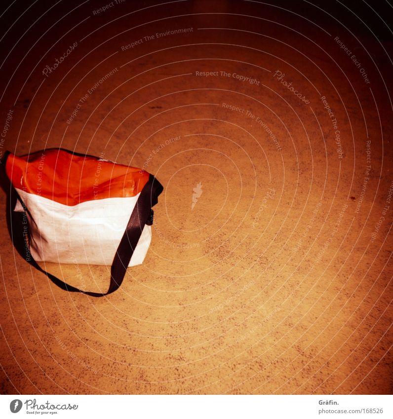 Dumm rumstehen Einsamkeit Stein orange braun dreckig Beton Bodenbelag retro Tasche Vignettierung Gurt Unikat