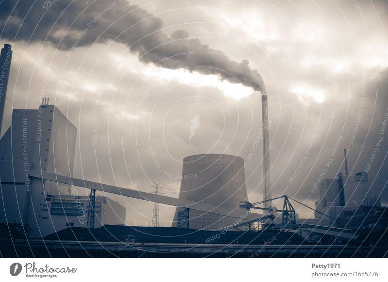 Kraftwerk Energiewirtschaft Kohlekraftwerk Rauchen dunkel trist Endzeitstimmung Umweltverschmutzung Gedeckte Farben Außenaufnahme Menschenleer Licht Schatten
