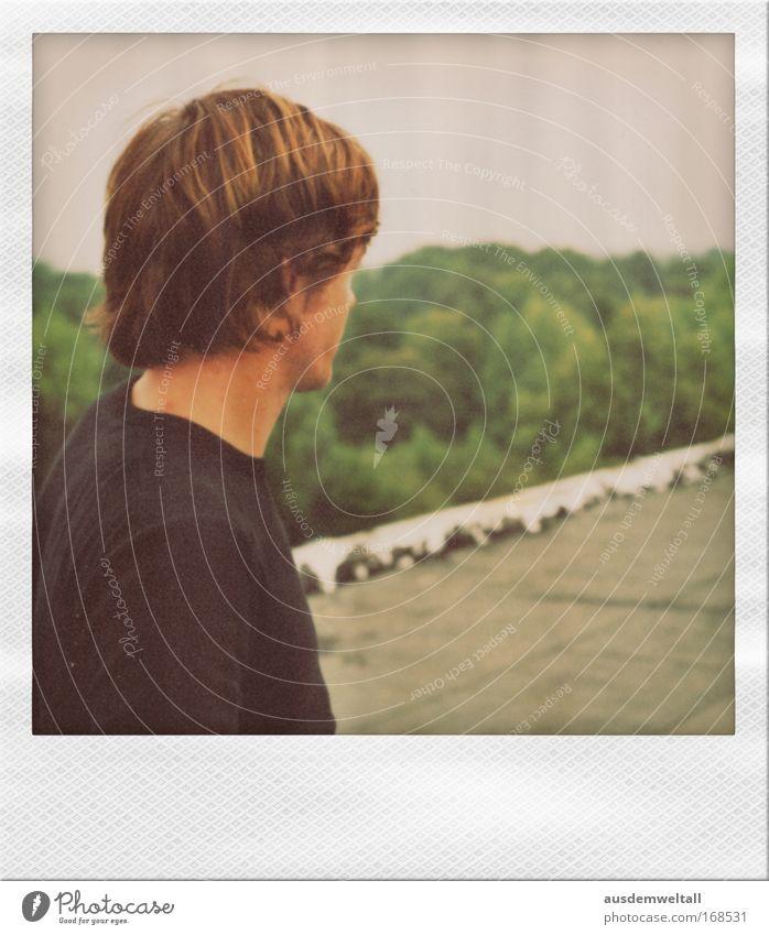 Side Mensch Mann Jugendliche Gefühle Kopf Haare & Frisuren Stimmung Erwachsene Zufriedenheit Rücken Nase frei maskulin stehen T-Shirt Ohr