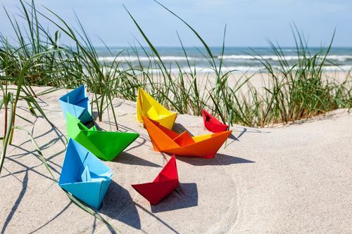 Sommerzeit Ferien & Urlaub & Reisen Wasser Meer Strand Gras Spielen Sand Wellen Lebensfreude Schönes Wetter Papier Ostsee Symbole & Metaphern Fernweh Spielzeug