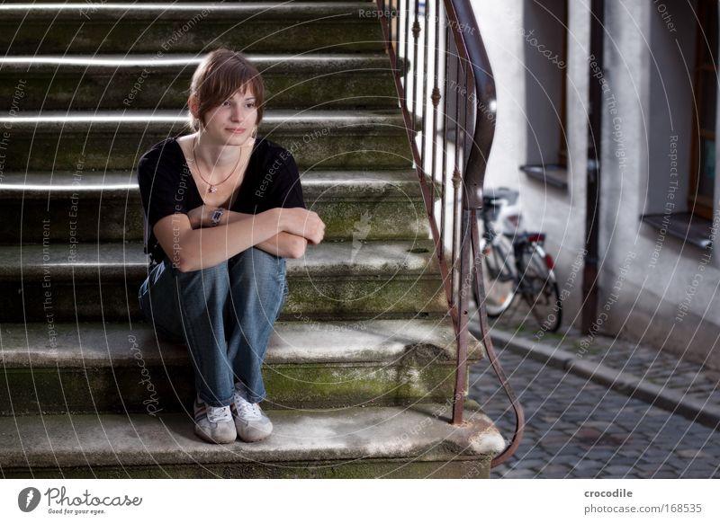 Sehnsucht Mensch Jugendliche Stadt schön Haus Erwachsene feminin Wand Mauer Stil Denken Schuhe Fassade elegant Treppe 18-30 Jahre