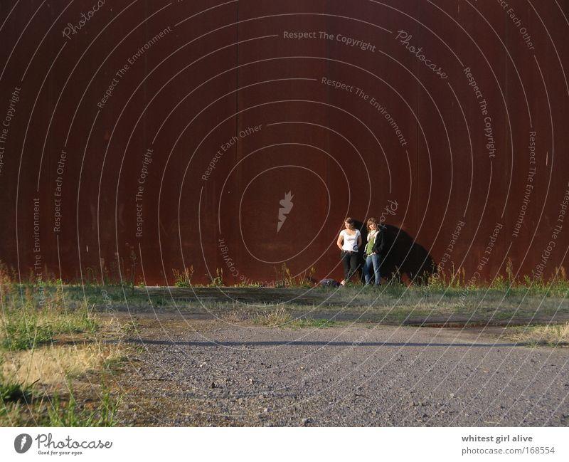 größenverhältnisse. Mensch Jugendliche Junge Frau Sonne Einsamkeit 18-30 Jahre Erwachsene Wand Mauer außergewöhnlich Denken braun Stimmung Erde Kraft ästhetisch