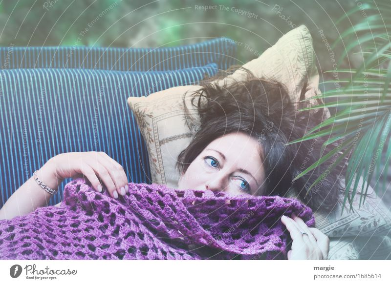 AST 9 | Blume des Orients: Eine unbekannte schöne Frau mit blauen Augen liegt auf einem Sofa Zufriedenheit ruhig Mensch feminin Junge Frau Jugendliche