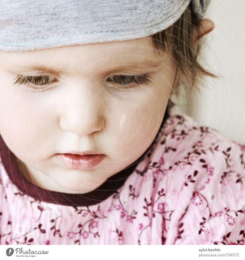 through the eyes of a child Kind Mädchen schön Gesicht grau Denken rosa beobachten Neugier Konzentration Wachsamkeit Interesse klug kindlich gewissenhaft