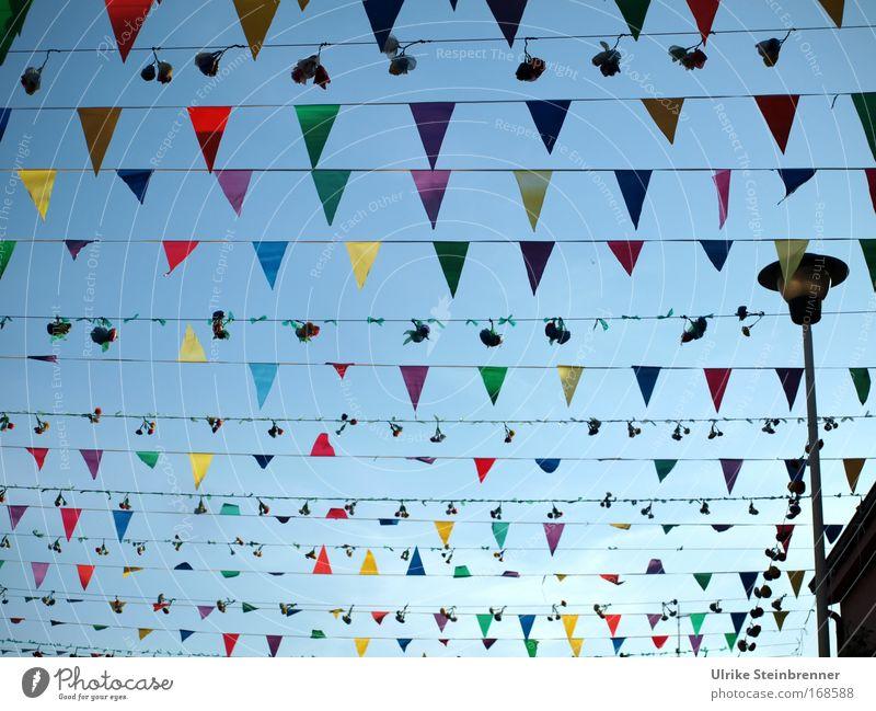 Viele, viele bunte.... das Zweite Himmel (Jenseits) Freude Straße Feste & Feiern Dekoration & Verzierung Fröhlichkeit Straßenbeleuchtung Fahne Blumenstrauß Veranstaltung Tradition Jahrmarkt Kette Feiertag festlich Schleife