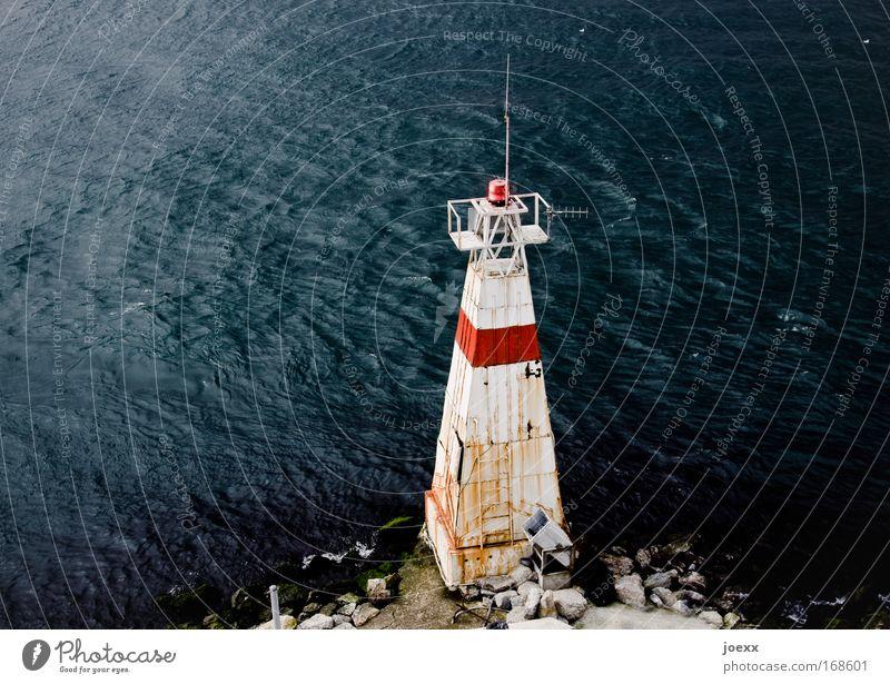 Meer Licht rot Stein Verkehr Turm Hafen Streifen Rost Schifffahrt Leuchtturm hässlich eckig Signal wiederkommen Warnleuchte