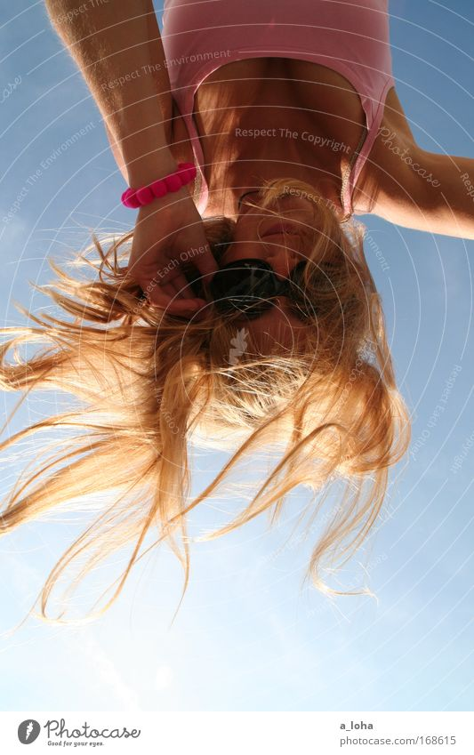 upside down Mensch Himmel Jugendliche blau schön Sommer Freude Farbe Leben Bewegung Haare & Frisuren Glück blond rosa Fröhlichkeit Lifestyle