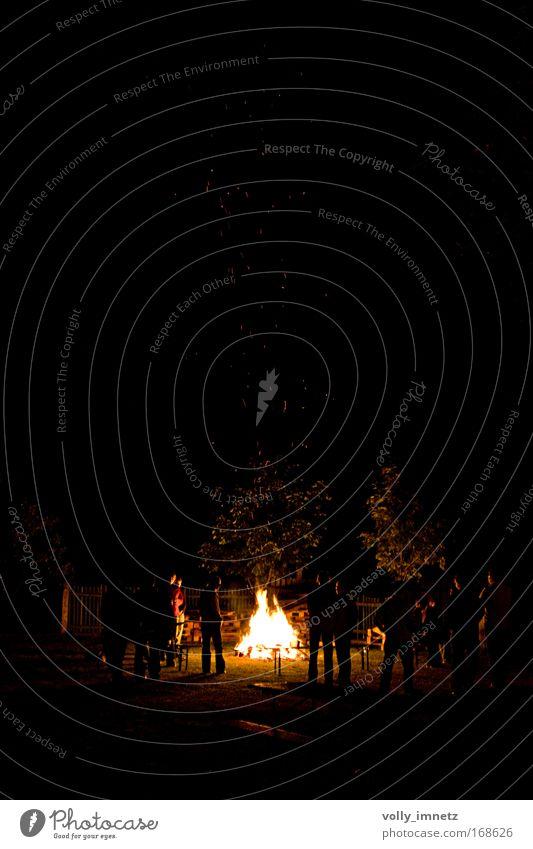 Lagerfeuervorsteher Farbfoto Außenaufnahme Textfreiraum oben Dämmerung Nacht Licht Schatten Kontrast Silhouette Lichterscheinung Zentralperspektive Erholung