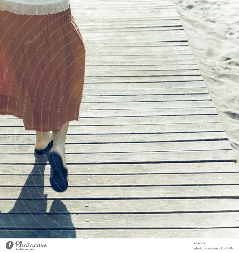 auf zum strand! Farbfoto Gedeckte Farben Textfreiraum rechts Hintergrund neutral Tag Mensch feminin 1 gehen laufen Freude Glück Fröhlichkeit Lebensfreude