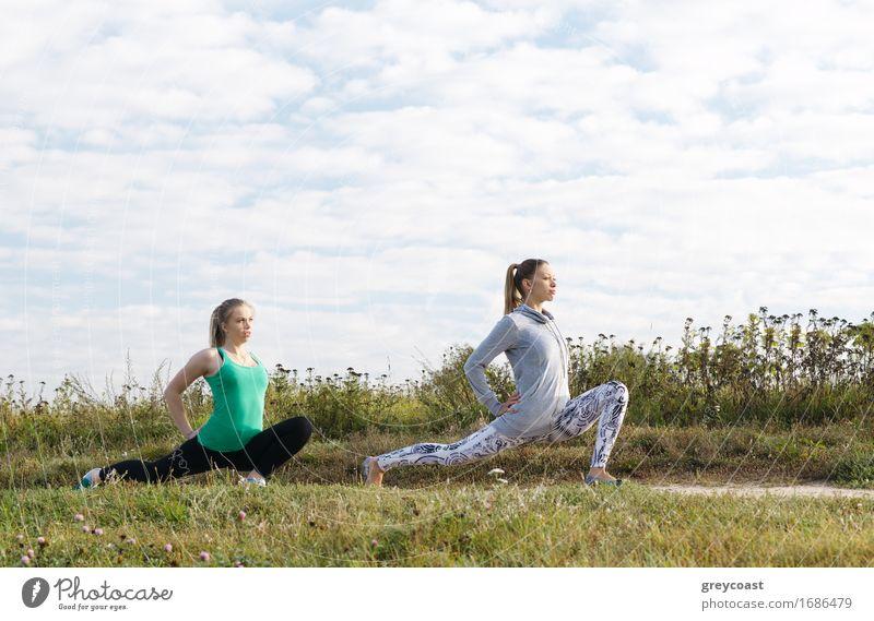 Zwei junge Mädchen, die draußen trainieren Mensch Frau Himmel Natur Jugendliche schön grün Junge Frau Freude 18-30 Jahre Erwachsene Lifestyle Menschengruppe