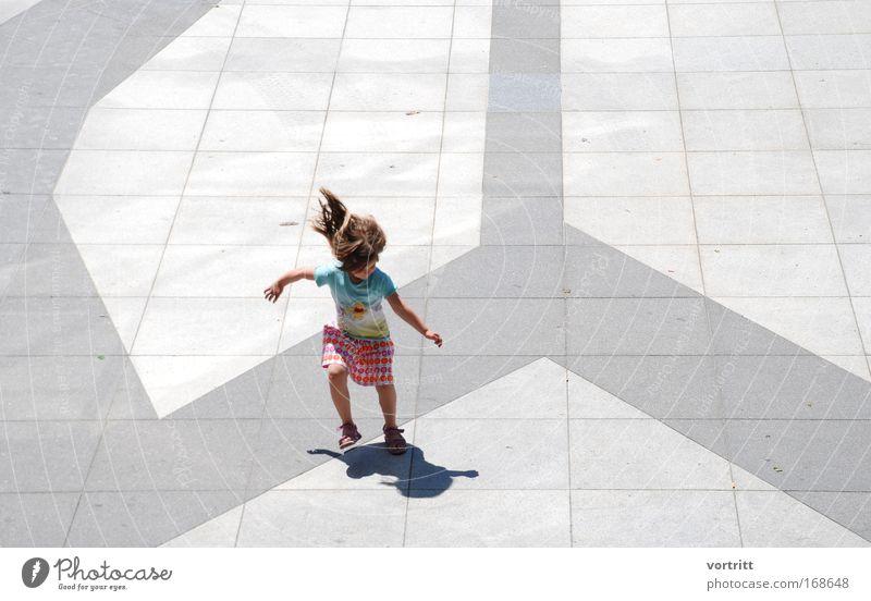 schattenjagd Mensch Kind blau Stadt Mädchen Freude Spielen Architektur grau Haare & Frisuren springen Kindheit Kraft Tanzen Freizeit & Hobby rosa