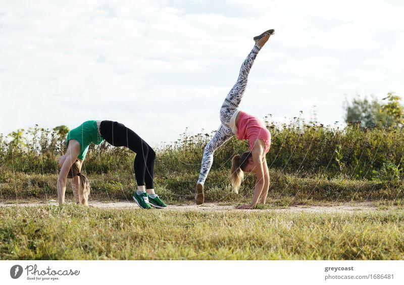 Training mit zwei Mädchen Mensch Frau Natur Jugendliche Junge Frau Landschaft 18-30 Jahre Erwachsene Gras Zusammensein Freundschaft Aktion Fitness Eisenbahn