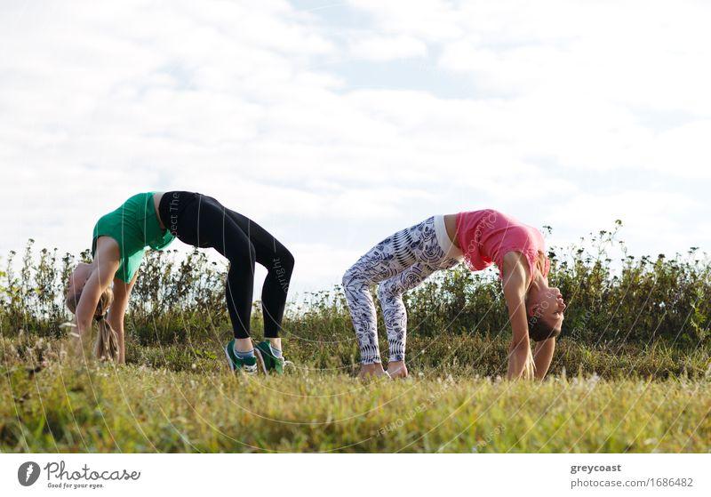 Training mit zwei Mädchen Mensch Frau Natur Jugendliche Sommer Junge Frau Landschaft 18-30 Jahre Erwachsene Gras Garten Zusammensein Aktion Fitness sportlich