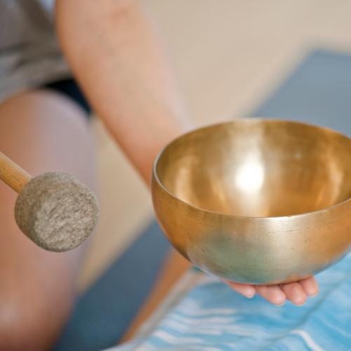 Schalenklang Mensch Jugendliche Junge Frau Erholung ruhig feminin Gesundheit Metall Zufriedenheit gold genießen Wellness Frieden Gelassenheit Wohlgefühl