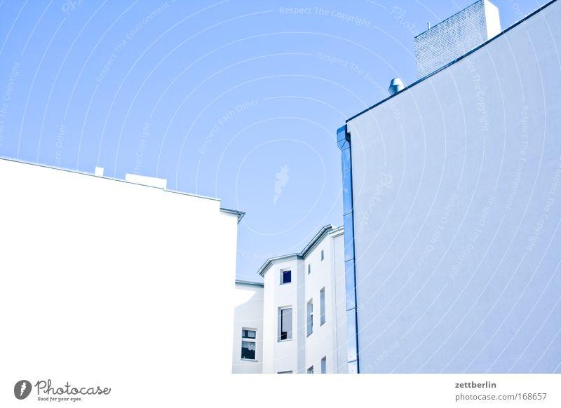 Fassade Himmel Haus Wand Fenster Mauer Gebäude Ecke Schönes Wetter Mieter Blauer Himmel Stadthaus Vermieter himmelblau Wolkenloser Himmel Brandmauer