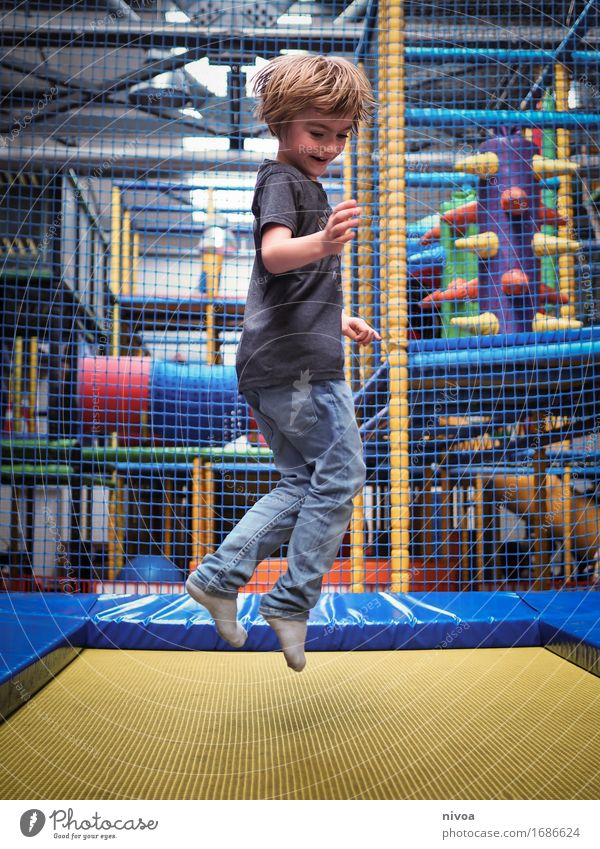 jump Sport Fitness Sport-Training Trampolin Mensch maskulin Kind Junge Kindheit 1 3-8 Jahre Spielplatz klettergerüst T-Shirt Jeanshose Strümpfe blond Kunststoff