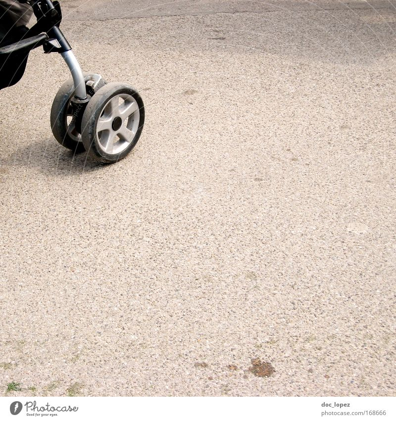 Kinderwagen (geschmackvoll angeschnitten?) Farbfoto Außenaufnahme Menschenleer Textfreiraum rechts Textfreiraum unten Textfreiraum Mitte Tag Schatten