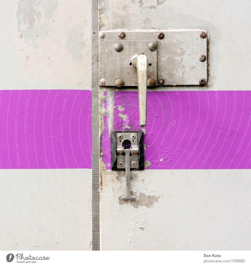 Zärtliche Bauwagenliebe alt Metall rosa dreckig kaputt Baustelle Streifen Häusliches Leben Autotür violett Schnur trashig Handwerk Griff Handwerker stagnierend