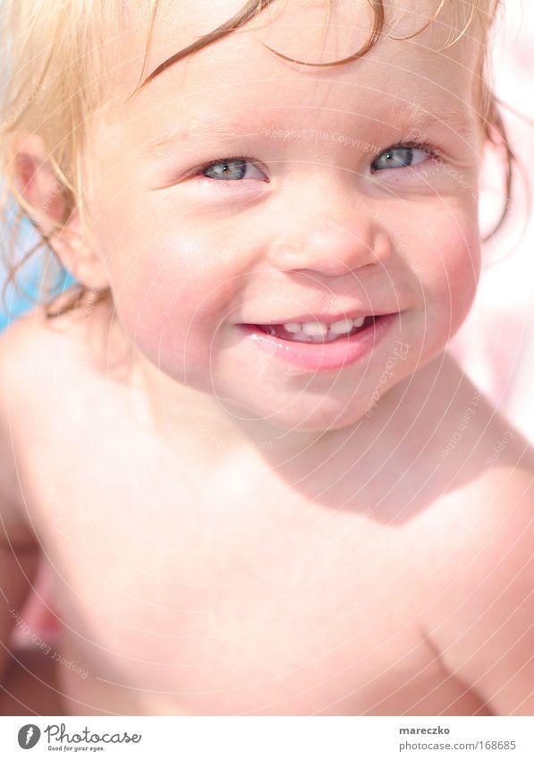 Sonnenschein Farbfoto Außenaufnahme Tag Licht Sonnenlicht Porträt Blick in die Kamera Kind Kleinkind Sommer Lächeln leuchten blond Freundlichkeit Fröhlichkeit